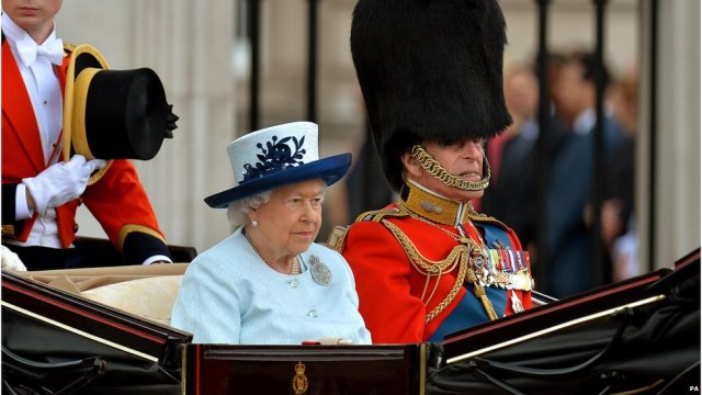 The Queen, accompanied by the Duke of Edinburgh, arrived at Horse Guards Parade in an Ascot Landau carriage. It left Buckingham Palace for the drive along The Mall