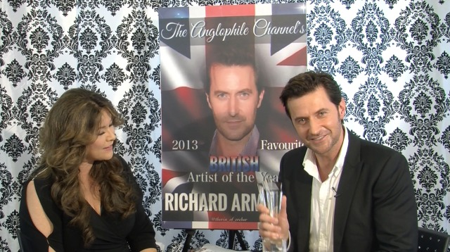 Richard Armitage accepts the award for 2013 Favorite British Artist of the Year